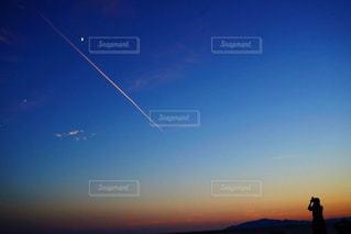 女性,屋外,雲,夕暮れ,飛行機,飛行機雲,ある日の夕暮れ