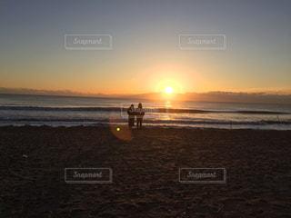 恋人,2人,風景,海,空,夕暮れ,水面,海岸,日の出