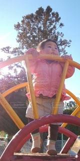 女性,子ども,1人,風景,空,屋外,樹木,人,赤ちゃん,幼児,遊び場