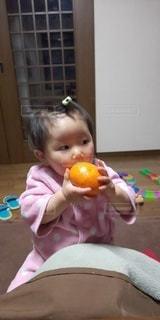 女性,子ども,1人,食べ物,屋内,果物,人,赤ちゃん,幼児