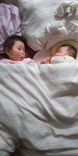 女性,子ども,2人,風景,屋内,布,寝る,人,赤ちゃん,毛布,幼児,新生児,寝具,ベッド