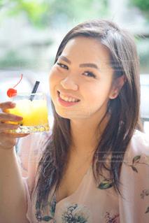 女性,食べ物,飲み物,ディナー,屋外,ジュース,少女,美しい,人物,人,旅行,笑顔,イベント,グラス,レストラン,カクテル,乾杯,ドリンク,パーティー,シドニー,手元,ソフトド リンク