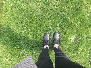 草の中に立っている人の写真・画像素材[3144780]