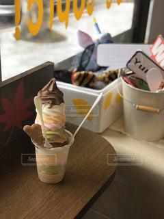 食べ物,カフェ,屋内,カラフル,北海道,デザート,テーブル,ソフトクリーム,アイスクリーム,色鮮やか,多色