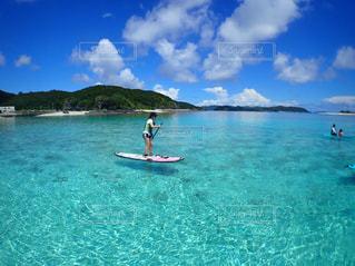女性,1人,自然,海,空,屋外,サーフィン,サーフボード,ビーチ,青空,島,青,水面,沖縄,泳ぐ,離島,マリンスポーツ,座間味,sup