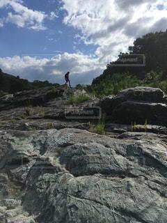 男性,1人,自然,空,岩,崖,ハイキング