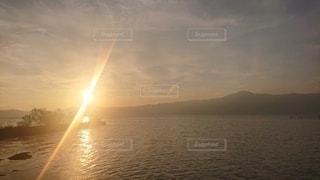 夕日の湖の写真・画像素材[3055379]
