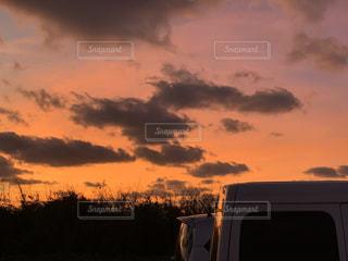空,屋外,雲,夕暮れ,車,くもり,車両,クラウド