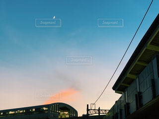 空,夕日,屋外,駅,雲,青空,夕方,景色,月,トラック,鉄道,天気,車両,いい景色