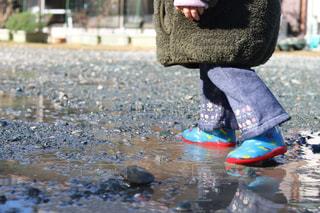 子ども,風景,雨,庭,屋外,足元,水たまり,水面,鮮やか,長靴,地面,雨上がり,水遊び,娘,履物,足元倶楽部