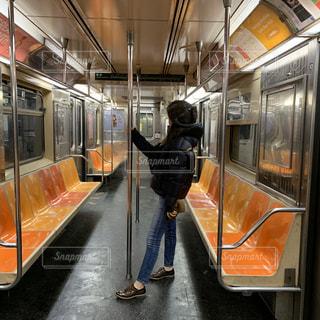 女性,1人,風景,ニューヨーク,駅,黄色,オレンジ,旅行,地下鉄,鉄道,メトロ,車両,フォトジェニック,インスタ映え