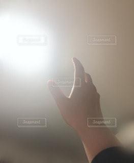 リビング,屋内,部屋,手,ぼかし,腕,指,電気,灯り,灯,光を求める手
