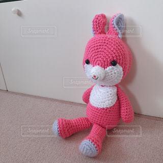 うさぎ,屋内,ピンク,白,かわいい,紫,部屋,床,ぬいぐるみ,兎,人形,可愛い,手作り,テディベア,桃色,ニット,編みぐるみ,グッズ,クマ,ウサギ,縫いぐるみ,かぎ針 編み
