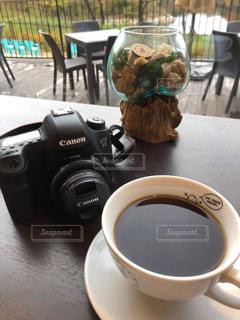 カメラ,コーヒー,食事,朝食,テーブル,皿,カップ,ドリンク,飲料