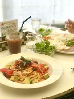 テーブルの上に食べ物のプレートの写真・画像素材[737267]