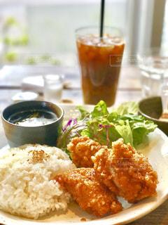 米肉と野菜一杯の食べ物の皿の写真・画像素材[737300]