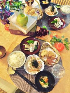 テーブルの上に食べ物の束の写真・画像素材[738459]