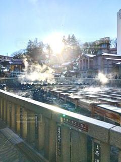 建物の近く下り列車を走行する列車を追跡します。の写真・画像素材[751917]