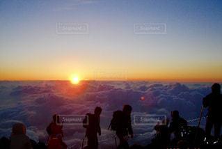 日没の前に立っている人々 のグループ - No.765900