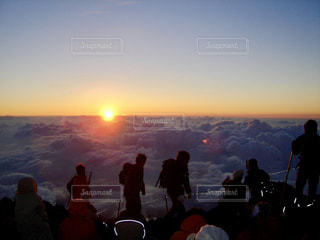 日没の前に立っている人々 のグループの写真・画像素材[766640]