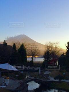 背景の山と木の写真・画像素材[766969]