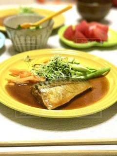 テーブルの上に食べ物のプレートの写真・画像素材[771649]