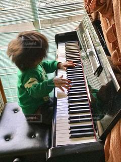 ピアノの前に立っている子 - No.802293