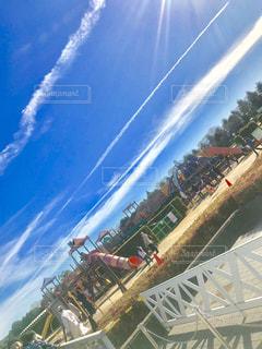飛行機雲ひとすじの写真・画像素材[1094234]