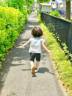道路を走っていく子供の写真・画像素材[1247448]