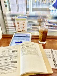 カフェでアイスコーヒー飲みながらお勉強の写真・画像素材[1305956]
