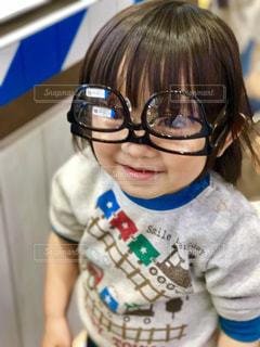 眼鏡逆さま。しかも、なぜ二枚?の写真・画像素材[1354152]