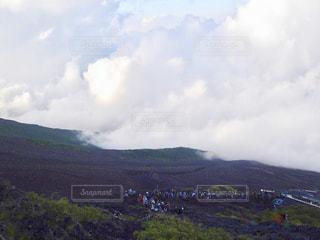 富士登山。登山客の列と雲海。の写真・画像素材[1403933]