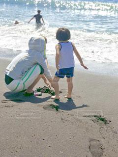 はじめての海水浴、波と砂遊びの思い出の写真・画像素材[1424332]