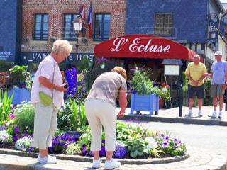 フランスの道端でおしゃべりを楽しむおばあちゃん、おじいちゃん。の写真・画像素材[1450563]