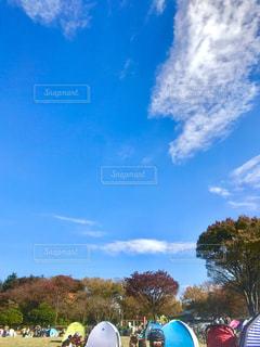 秋晴れの休日の公園は、家族で遊ぶ色とりどりのテントが賑やかです。の写真・画像素材[1465206]