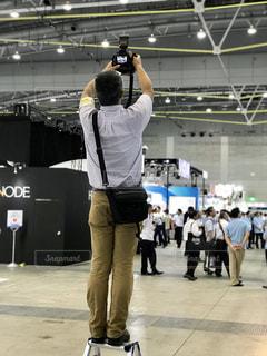 展示会でプレス写真を撮るカメラマンの写真・画像素材[1642809]