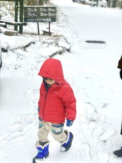 雪に足跡をつけて遊ぶ子。の写真・画像素材[1672577]