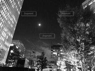 オフィス街の月の写真・画像素材[1682719]