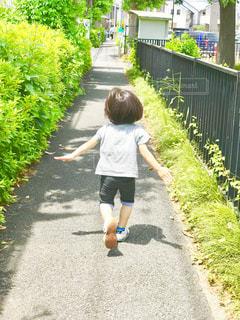 駆けっこする子供の背中に成長を感じた初夏の写真・画像素材[1685055]