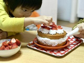 クリスマスケーキの手作り。デコレーションに真剣です。の写真・画像素材[1687575]
