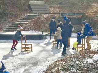 軽井沢ハルニレテラスのケラ池は、スケートを楽しむファミリーで賑わっています。の写真・画像素材[1712092]