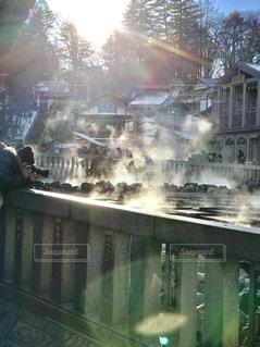 冬の草津温泉の湯畑は、湯けむりが光を浴びて幻想的に見えます。の写真・画像素材[1786766]