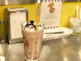 ミルクティー色、でも、ミルクチョコレートの飲み物ですの写真・画像素材[1991441]