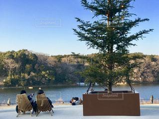 湖畔のリクライニングチェアーでのんびりとの写真・画像素材[2070561]