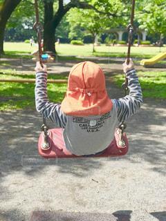 ブランコで遊ぶ子供の背中の写真・画像素材[2130790]