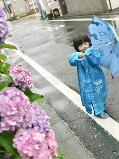 梅雨の雨も、ポンチョと傘があればバッチリの写真・画像素材[2166737]