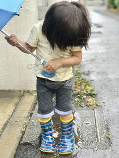 水たまりで遊ぶ子の写真・画像素材[2211175]