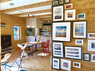 写真や絵が飾られたオシャレな壁の写真・画像素材[2229946]
