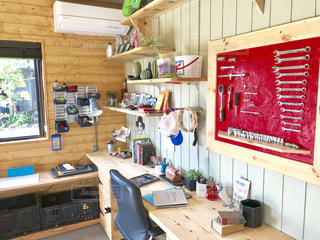 工具や棚もオシャレに見えるガレージの壁の写真・画像素材[2229952]