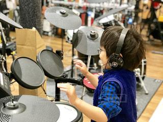 ドラムセットで音遊び、青いシャツもきまっているね。の写真・画像素材[2232889]
